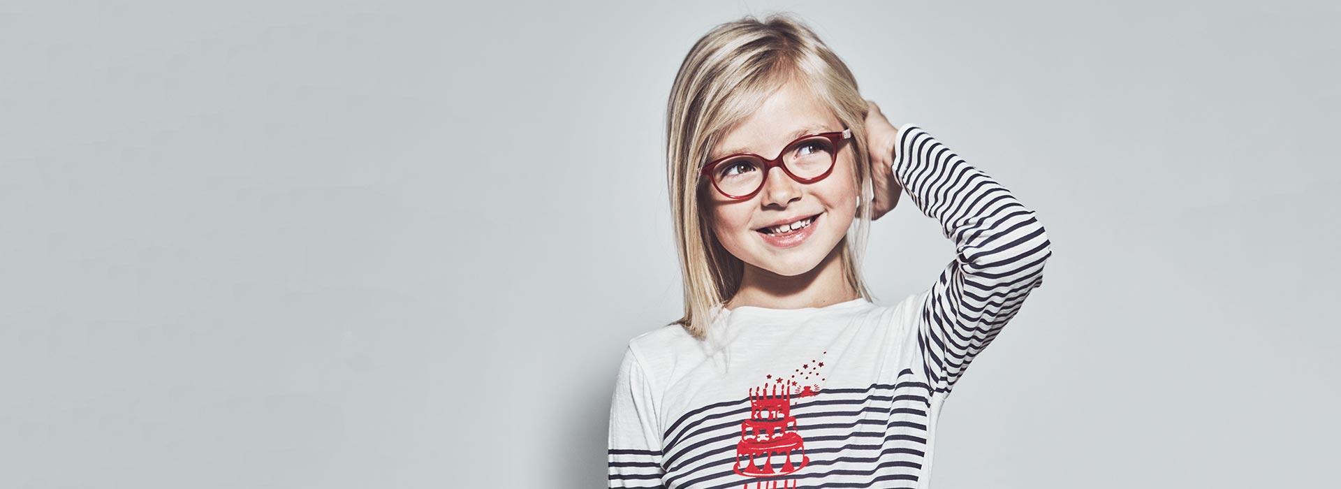 lunettes rouges fillette